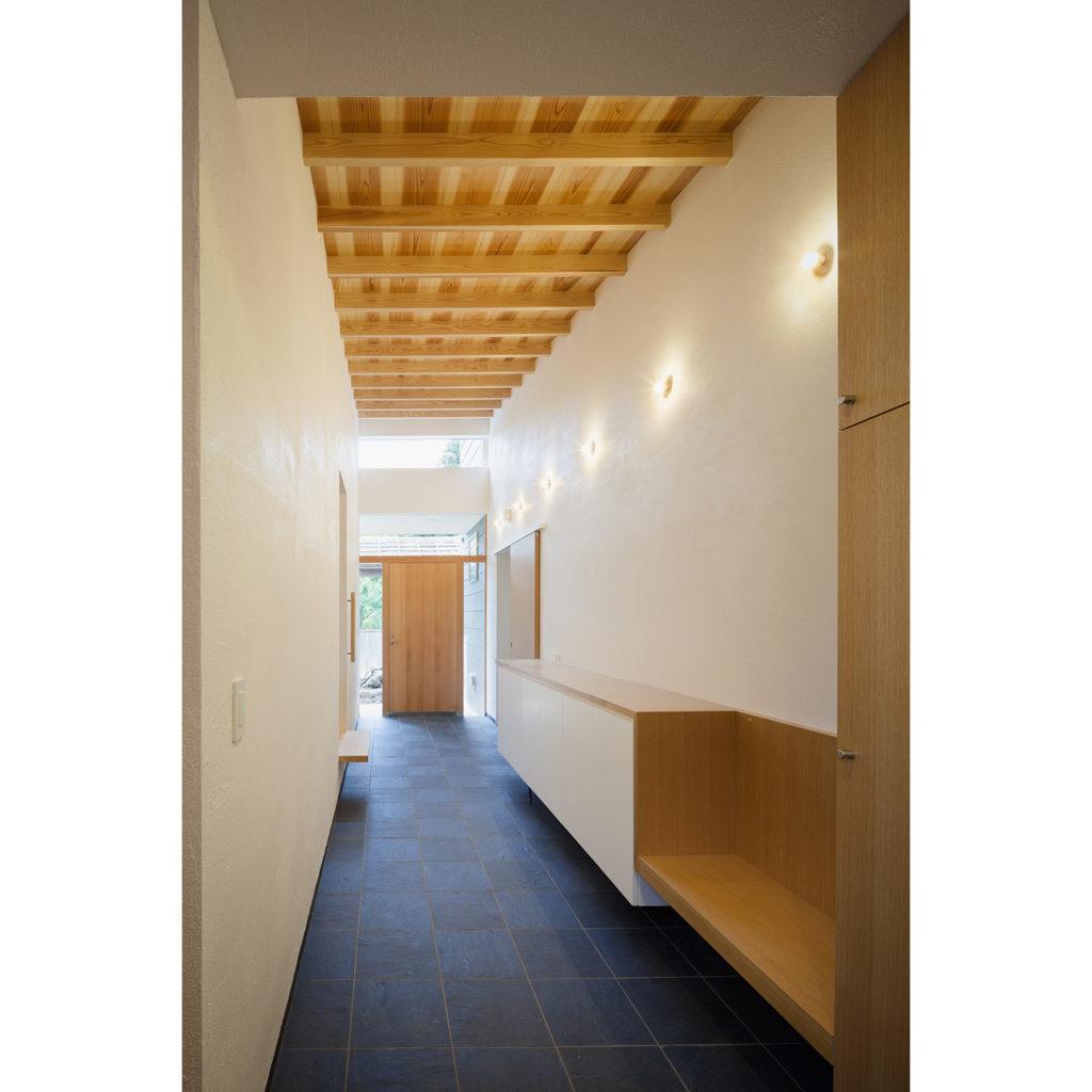 天井が高く伸びやかな土間玄関