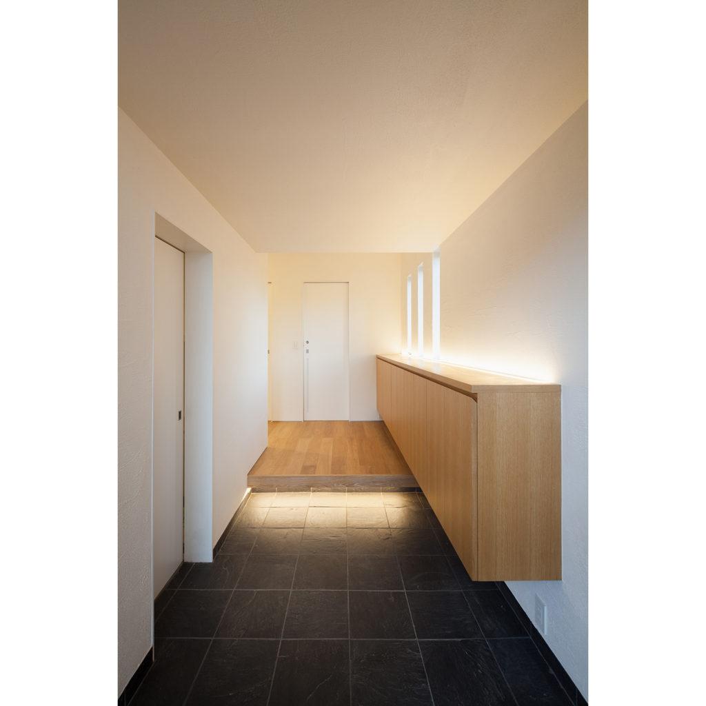 間接照明が組み込まれた玄関