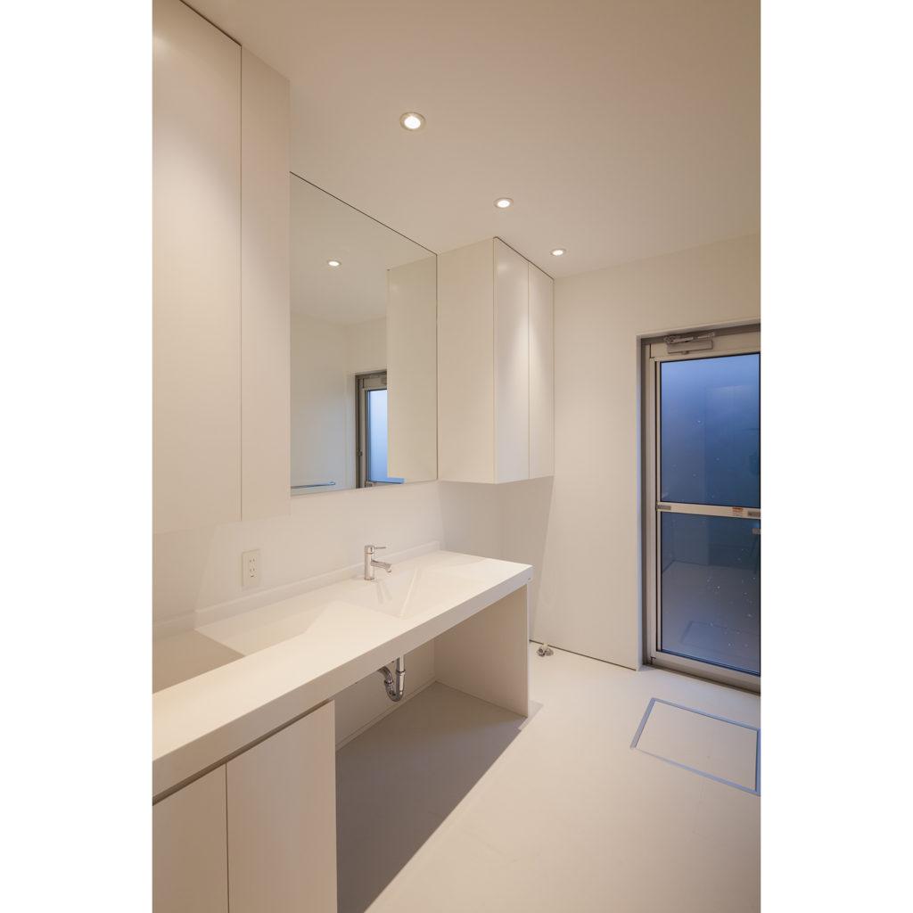 白を基調とした収納が充実した洗面所