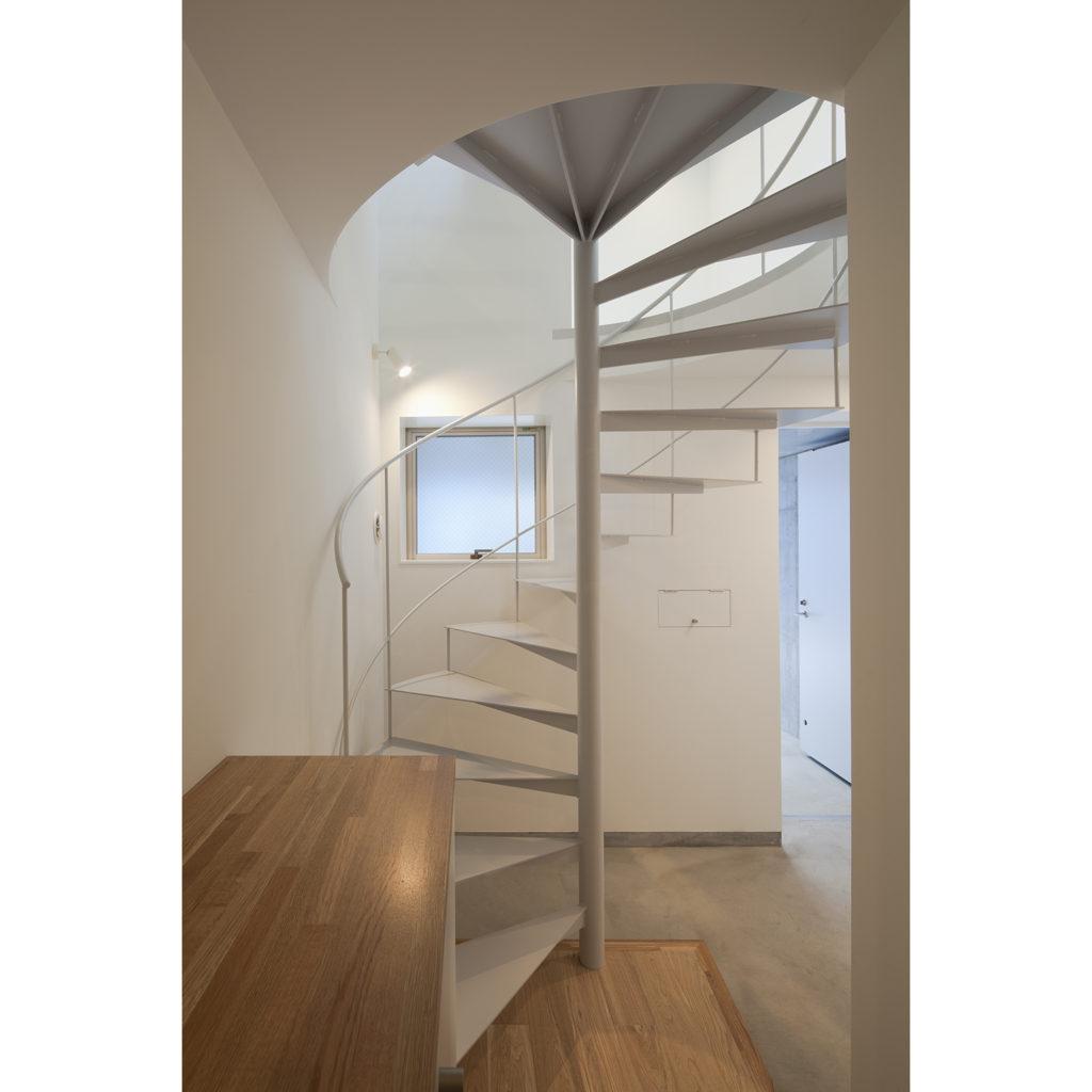 玄関から螺旋階段