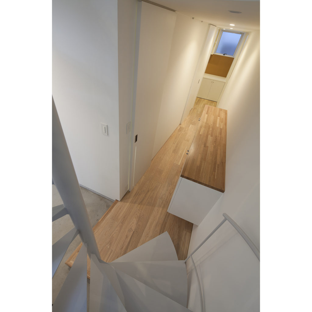 螺旋階段から玄関を見る