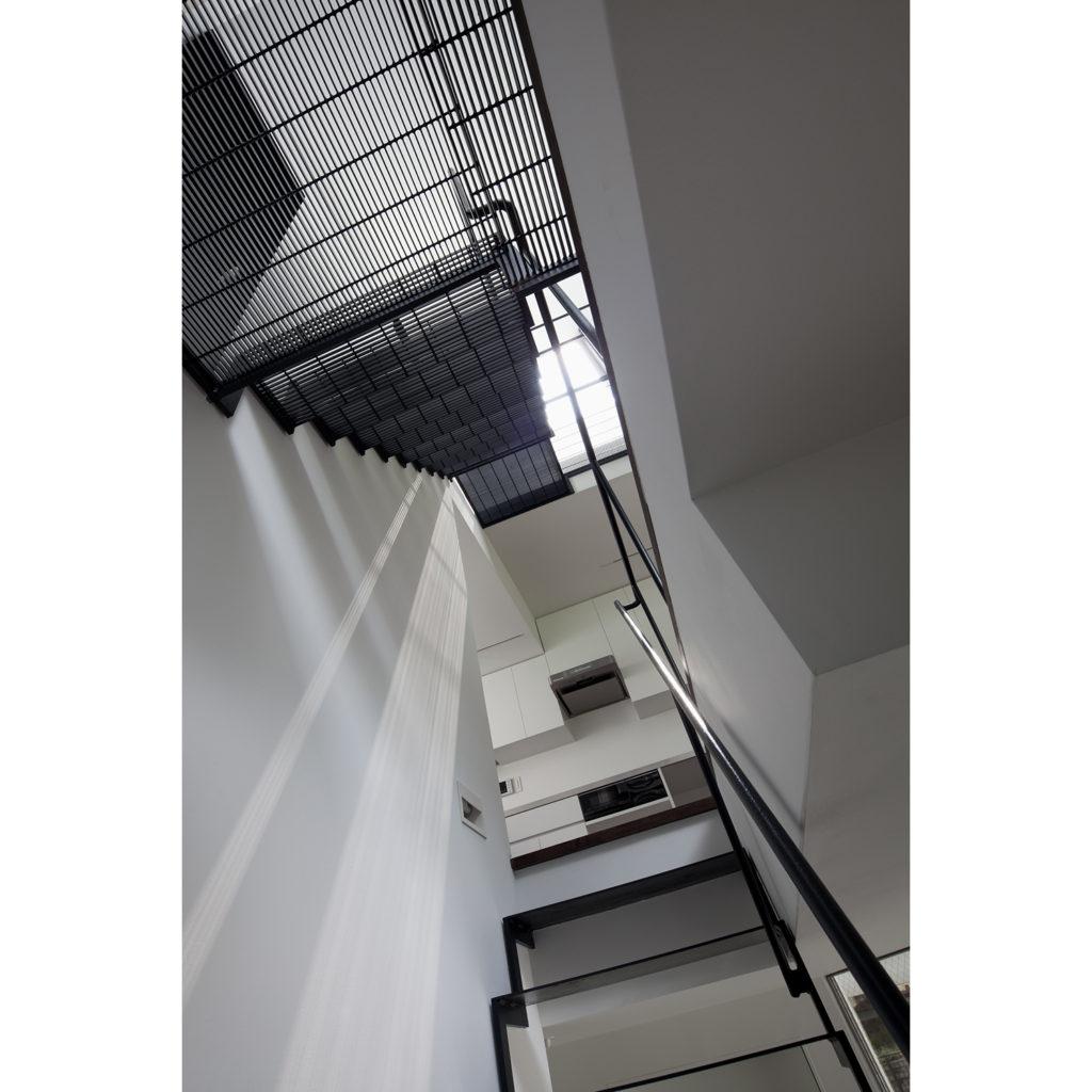 光を通す階段のグレーチング踏み板
