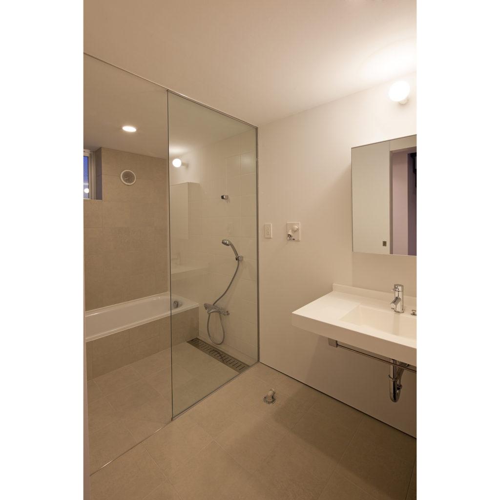 大きなガラスがある浴室