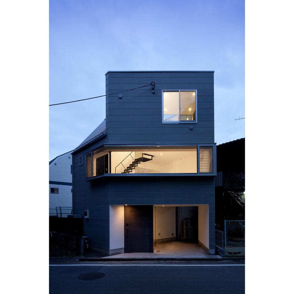 横長の窓がある3階建て住宅