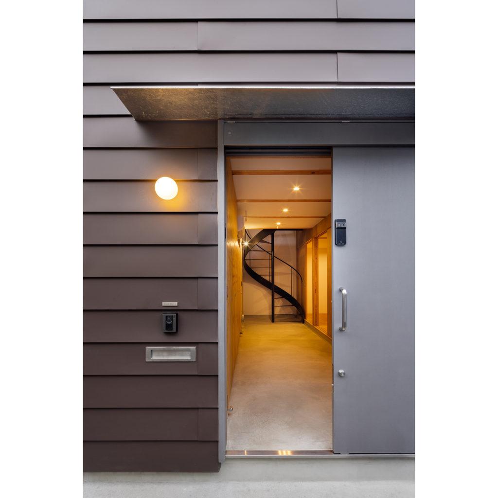 玄関扉から見た土間と螺旋階段