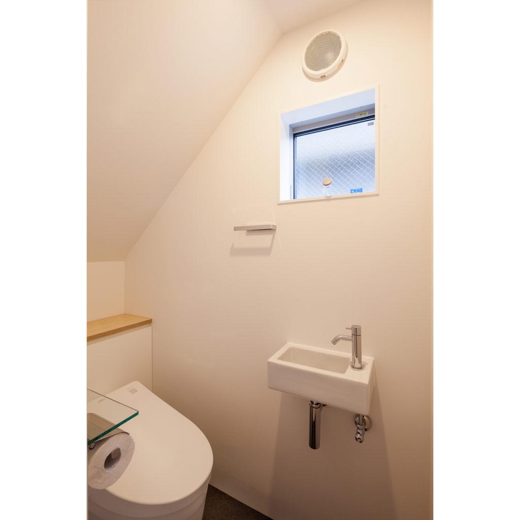階段下の使いやすいトイレ
